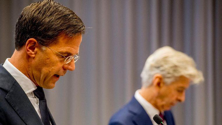 Premier Mark Rutte en minister Ronald Plasterk bij de persconferentie vrijdagochtend. Beeld anp