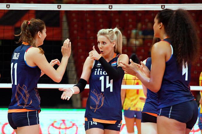 Anne Buijs,  Laura Dijkema en Celeste Plak (van links naar rechts) bij de openingswedstrijd tegen Roemenië.