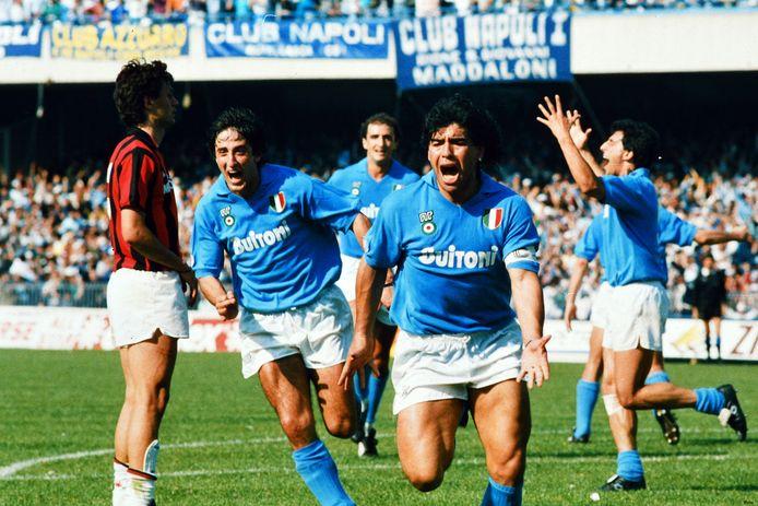 Diego Maradona in het shirt van Napoli.