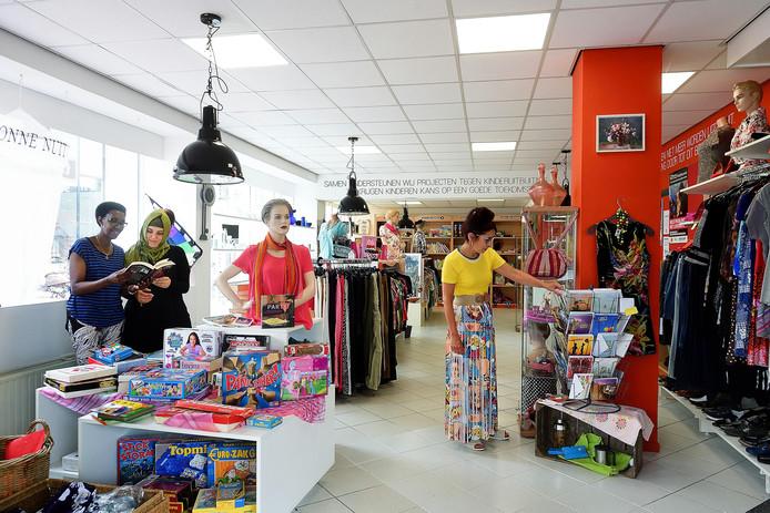 Vrijwilligers in de winkel van Terre des Hommes in Roosendaal.