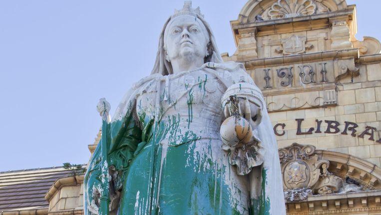 Het standbeeld van Cecil Rhodes dat met verf besmeurd werd tijdens de studentenprotesten Beeld ap