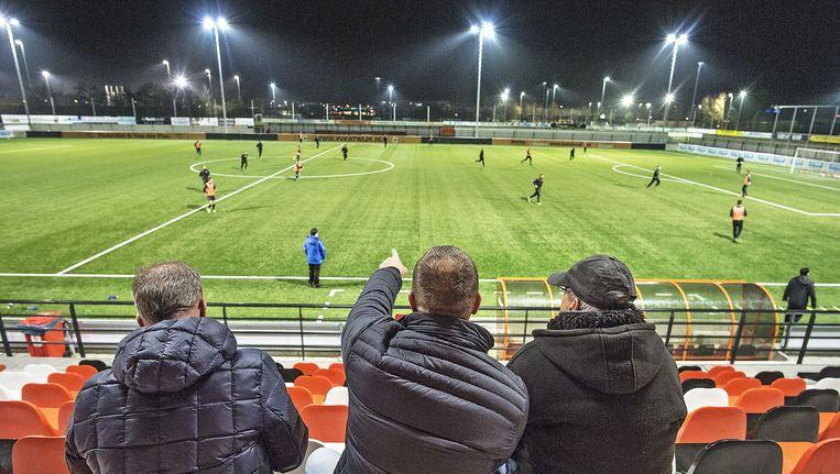 Supporters bij een training van het eerste elftal van Katwijk op het hoofdveld. Beeld null
