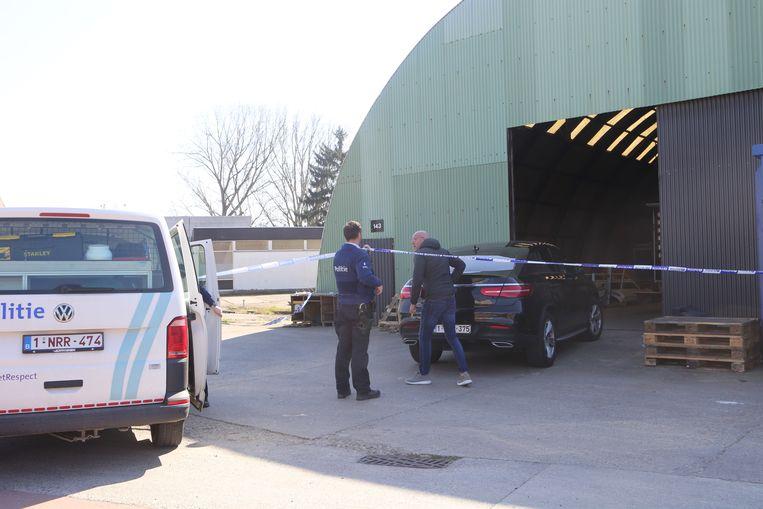 De zaakvoerder had na enkele uren niets meer vernomen van de man en ging naar het depot waar hij zijn werknemer gekneveld aantrof.