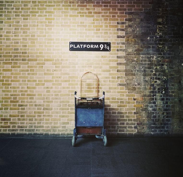 In de boeken van Harry Potter nemen tovenaars op perron 9 3/4 de trein richting toverschool Zweinstein. Beeld Shutterstock