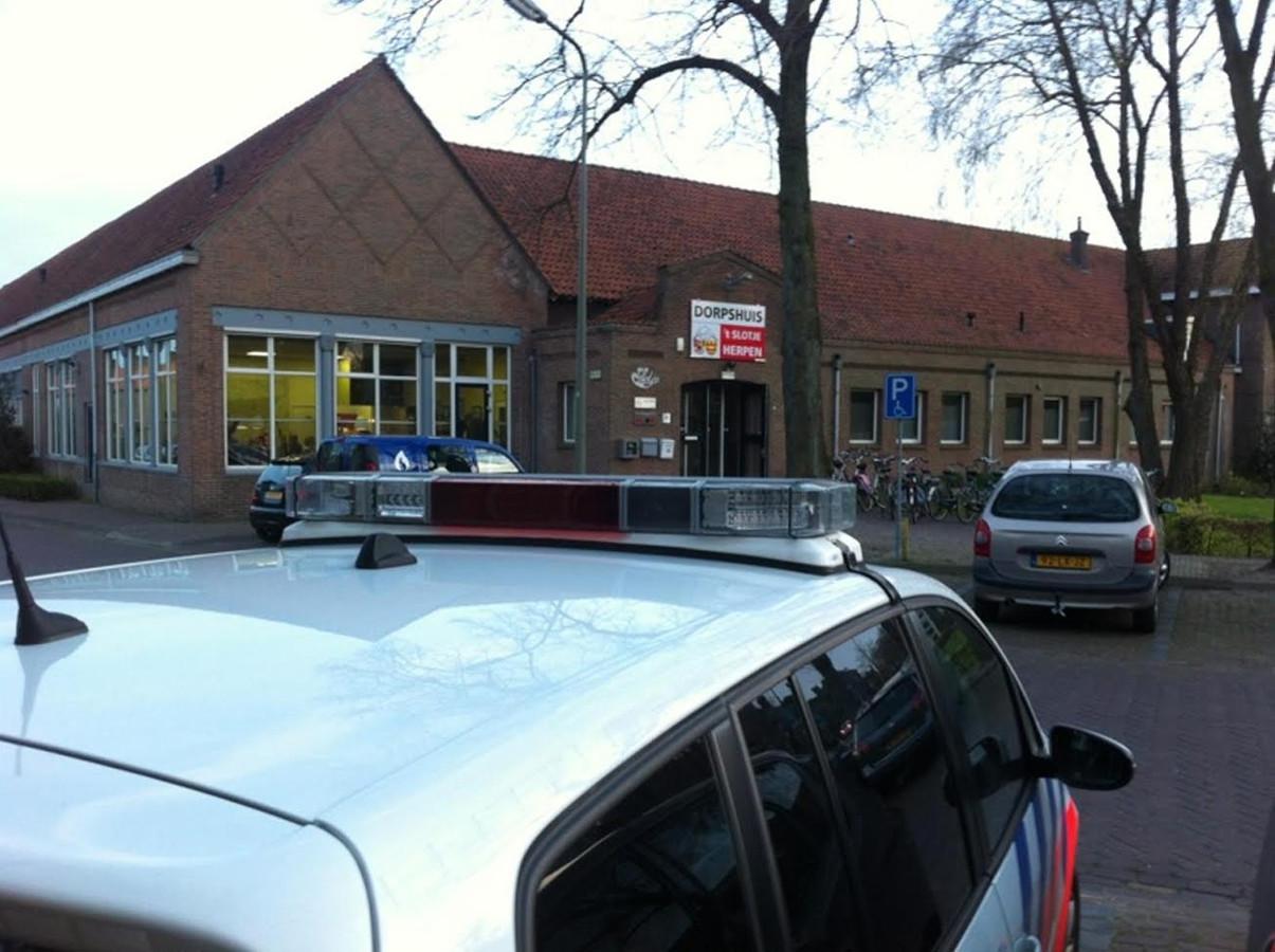 Ook de politie is aanwezig bij het Dorpshuis in Herpen.