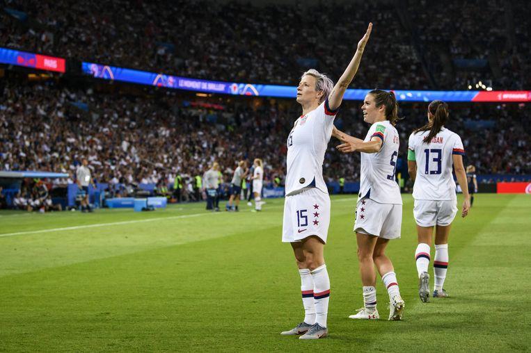 Megan Rapinoe viert haar tweede doelpunt tijdens de kwartfinale tegen Frankrijk. De VS spelen vanavond de halve finale tegen Groot-Brittannië.   Beeld BSR Agency