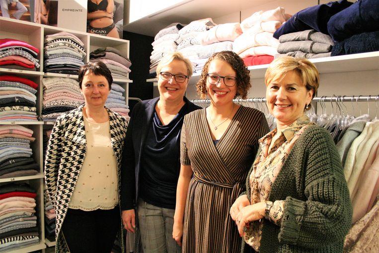 Annick Persoons, Lynn Buyl, Gerlinde Feys en Karine Tollenaere tijdens de modeshow in Huis Feys.