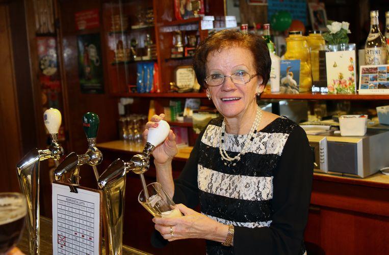 Nelly Slegers staat al 50 jaar achter de tapkraan van café Depot.