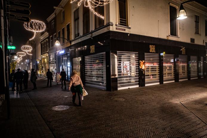 Winkelpanden met rolluiken in het centrum van Deventer.