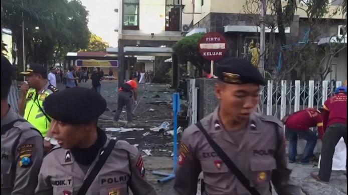 Een gezin van zes personen zit achter de zelfmoordaanslagen op drie kerken in de stad Soerabaja op Java. Daarbij vielen zeker elf doden en een veertigtal gewonden.