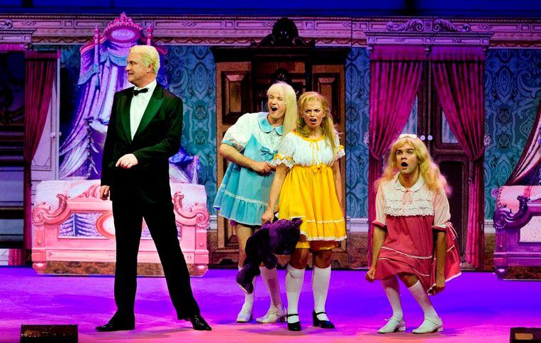 Arjan Ederveen als James Blond en Daan Colijn, Keja Klaasje Kwestro en Steyn de Leeuwe als de drie prinsessen in 'De Gelaarsde Poes' door (toen nog) het Ro Theater. Beeld Leo van Velzen