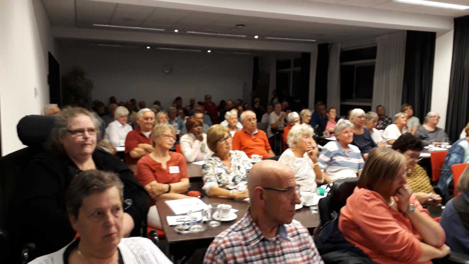 De bijeenkomst van FNV en KBO over huishoudelijke hulp Eindhoven werd druk bezocht.