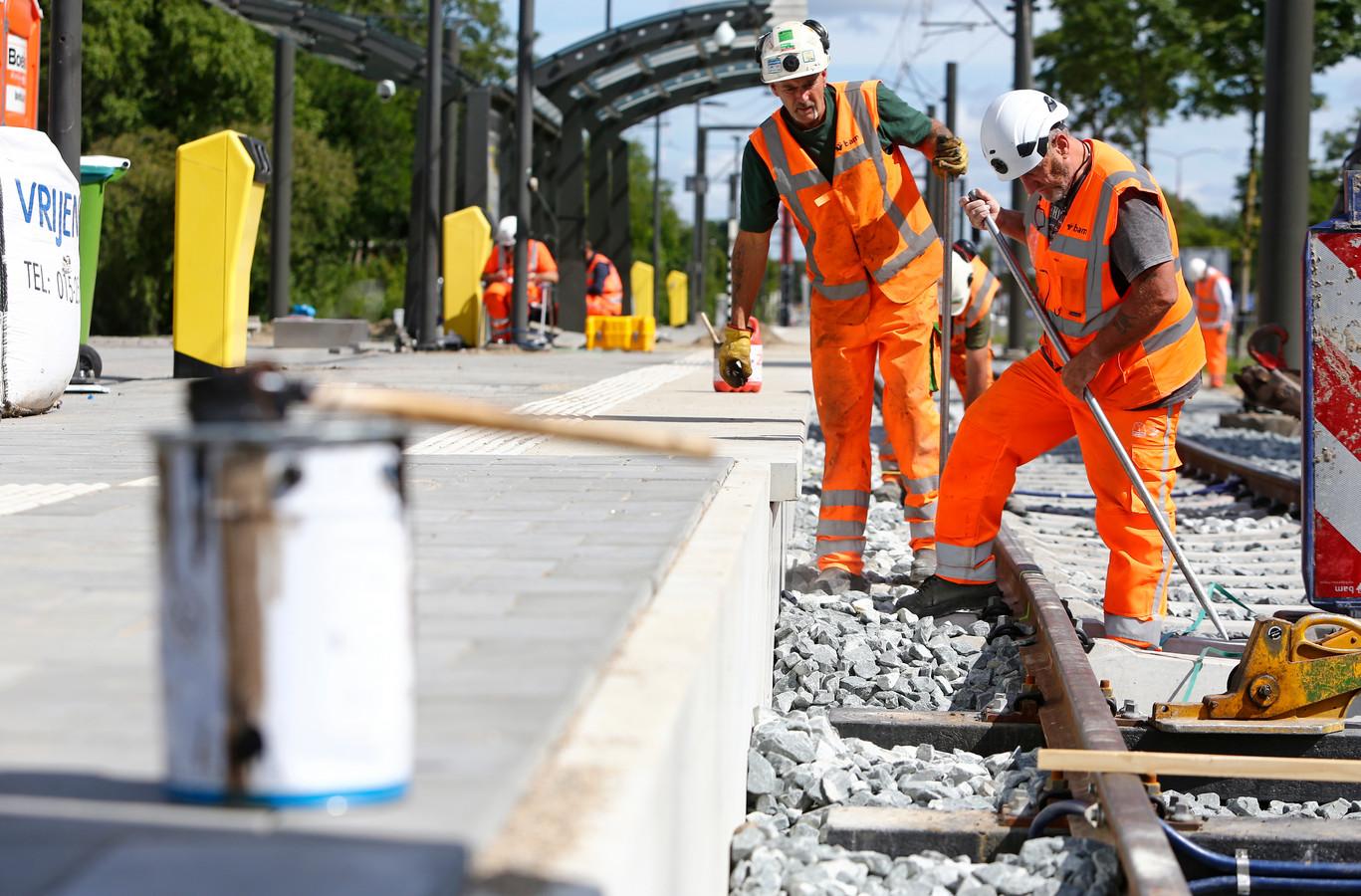 Laatste werkzaamheden aan het vernieuwde spoor, hier ter hoogte van de wijk Hoog-Zandveld in Nieuwegein.