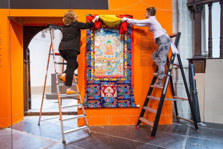 Een kleurrijke thangka, hulpmiddel bij het mediteren, uitgeleend door de dalai lama Beeld Dingena Mol