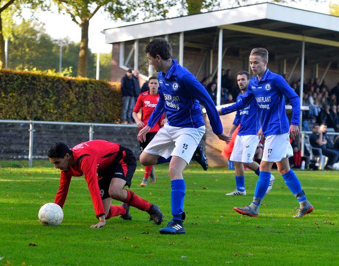Ook sportclubs die dreigen om te vallen door de financiële gevolgen vanwege corona, komen in aanmerking voor compensatie door de gemeente Heusden. Op de foto een moment uit de wedstrijd tussen Vlijmense Boys en versus Haarsteeg, van enige tijd geleden.