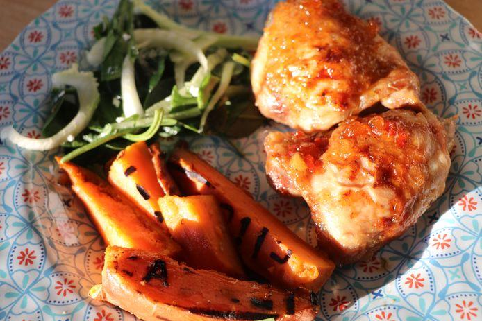 Marmelade kip met gegrilde zoete aardappel. Simpele gerechten voor bij het kamperen, maar wel heel lekker.