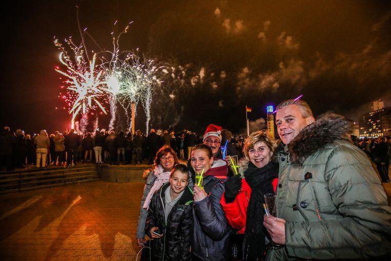Vrienden en familie verzamelen om elkaar het beste voor 2019 te wensen.