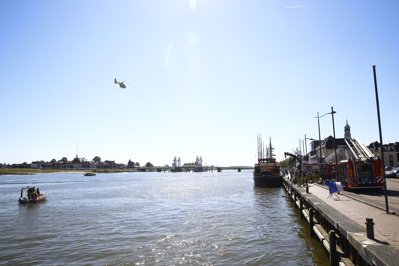 Maandagochtend is er een voertuig te water geraakt in Kampen. Hulpdiensten zijn ter plaatse.