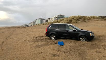 Chalet in de duinen enkel te voet bereikbaar: Britse toerist denkt slimmer te zijn, maar rijdt zich vast
