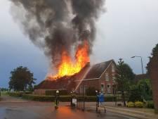 Dak van schuur Waspik in brand na blikseminslag