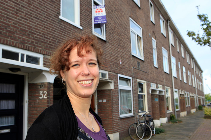 Ester Weststeijn voor haar oude woning in Den Bosch. Daar woont ze al vele jaren niet meer.