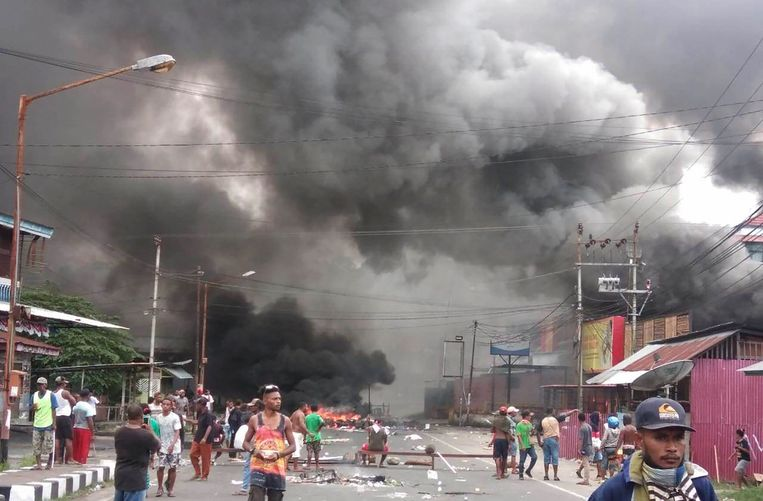 Rellen tegen vermeend Indonesisch racisme legden maandag de stad Manokwari in West-Papoea plat. Beeld AFP