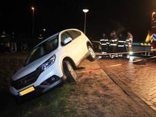Auto balanceert op randje van sloot in Vleuten