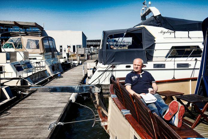 In haven  Marnemoende liggen de boten  en jachten die net als alle andere pleziervaart in de haven moeten blijven vanwege coronamaatregelen. Stanley Scheidler werkt in de zorg en ontstresst vandaag op zijn boot.