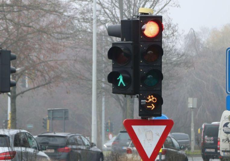 Het nieuwe type verkeerslicht. Als het oranje licht knippert, dan mag de fietser ook bij rood (in dit geval) rechtsaf slaan