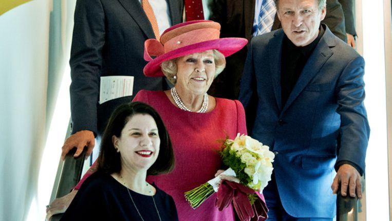 Koningin Beatrix loopt samen met directeur Ann Goldstein (L) door het vernieuwde Stedelijk Museum, dat door de vorstin feestelijk werd heropend op 22 september 2012. Beeld anp