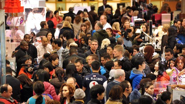 Winkelaars op jacht naar koopjes bij Macy's. Beeld afp