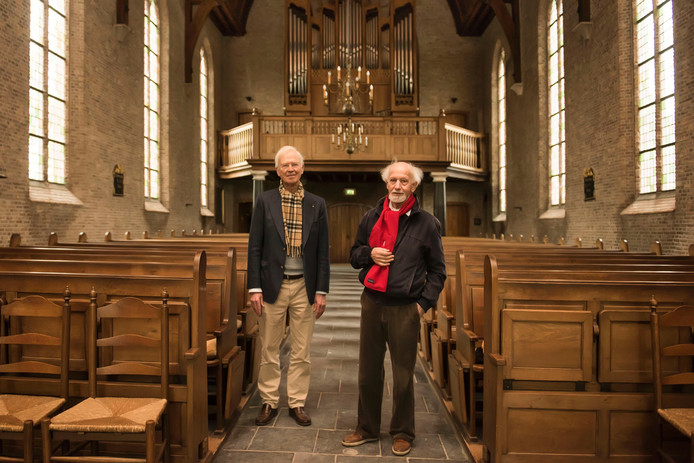 Jan Schipper (l) en Daan Manneke in de protestantse Laurentiuskerk in Breda.