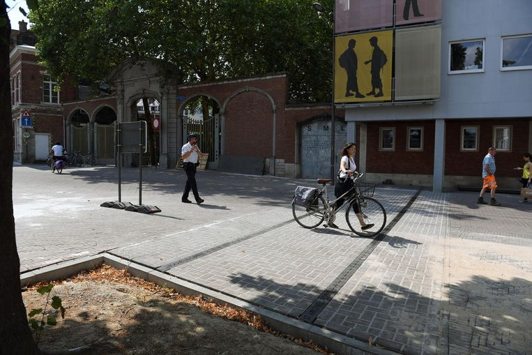 Op de plaatsen waar zich de 11 oude stadspoorten bevonden, worden stalen strips aangebracht met daarin de oorspronkelijke namen van de poorten. 's Avonds lichten de strips op. De eerste strips in de Tiensestaat werden ondertussen aangebracht. Die lopen richting stadspark, naar de oude stadsomwalling.