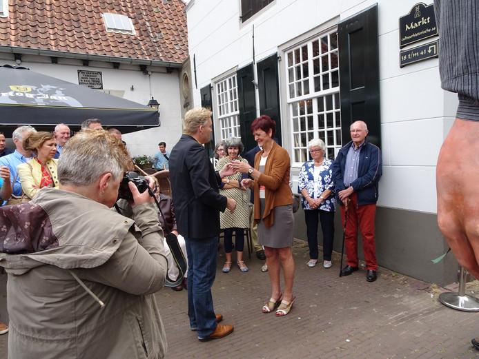 Burgemeester Mark Buijs maakt van Dini van Grinsven een 'Kei van een Boxtelaar'
