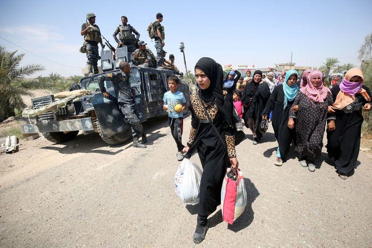 Iraakse families verlaten Fallujah. Beeld afp