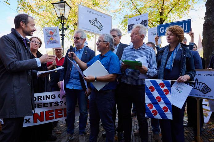 Minister Eric Wiebes kreeg donderdag een groot aantal handtekeningen overhandigd tegen de gaswinningsplannen in Waalwijk en Loon op Zand. Peter Flohr uit Loon op Zand (met microfoon) en Waalwijker Frank den Braven (links van Flohr) waren daarvoor met een kleine delegatie naar Den Haag afgereisd.
