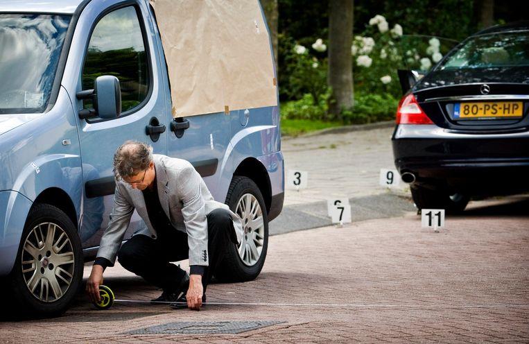 Onderzoek op de locatie in Amsterdam-Osdorp waar op 2 november 2005 drugs- en vastgoedhandelaar Kees Houtman voor de ogen van zijn vrouw en dochter werd geliquideerd.  Beeld ANP