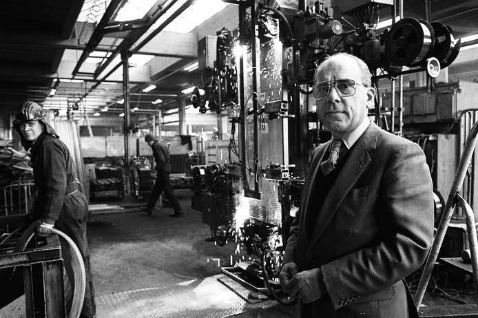 Oud-directeur Gerd Coenen op een foto uit 1985 bij de automatische beddenlasmachine.