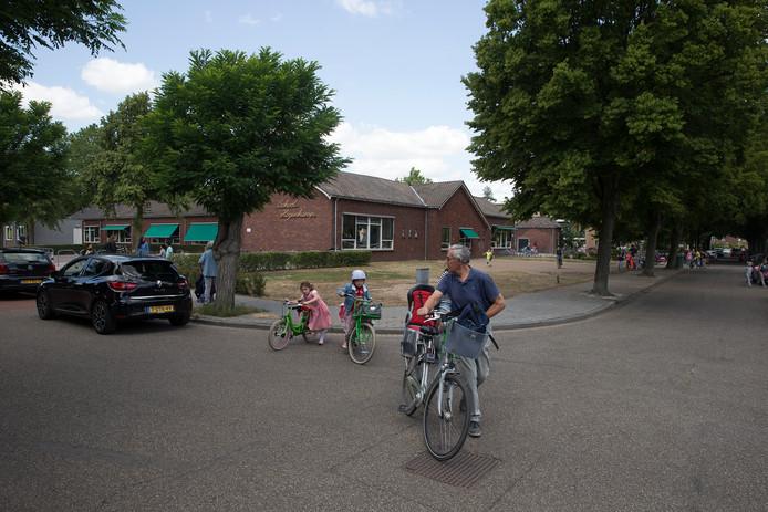 Kinderen worden opgehaald bij de Hogenkampschool.