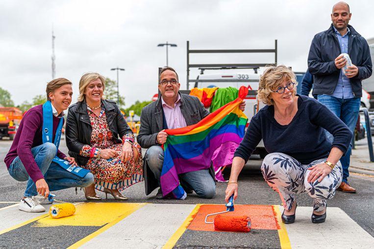 Dieter Celis, Truienaar en enige Limburger in de Mister Gay Belgium-verkiezing, schildert het zebrapad aan het stationsplein voor de gelegenheid in de kleuren van de regenboogvlag.
