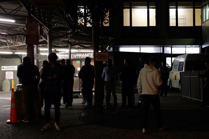 Familieleden en vrienden wachten bij het ziekenhuis in Christchurch
