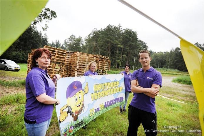 De organiatie van het eerste Houtdorp Vroomshoop, vanaf links Rona Mulder, Sylvia Kimmens, Jolanda Schonewille en Matthijs Nieuwerth.