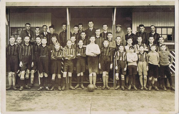 Het eerste elftal van Unisson ergens in de jaren 30. De kleedkamer was tot 2008 nog in gebruik.