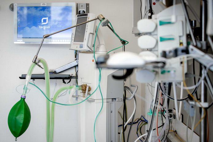 Een beademingsapparaat in een extra intensive care-kamer.