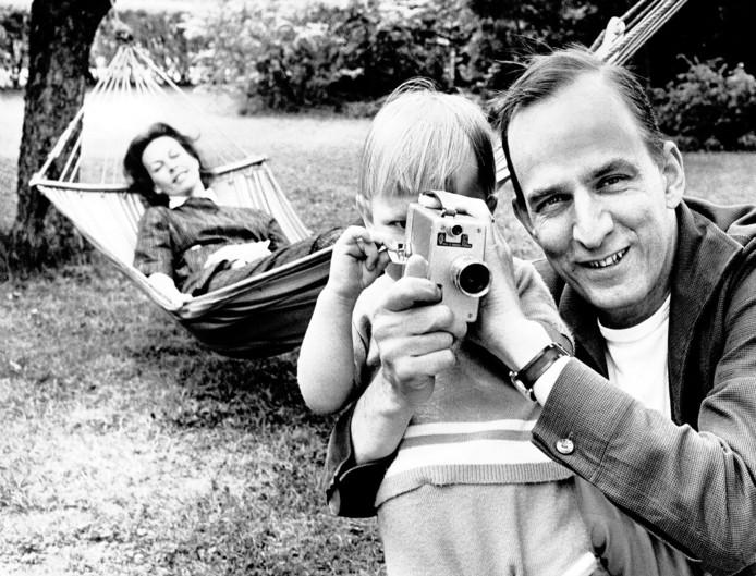Regisseur Ingmar Bergman leert zijn zoon Daniel in 1960 met een filmcamera omgaan.