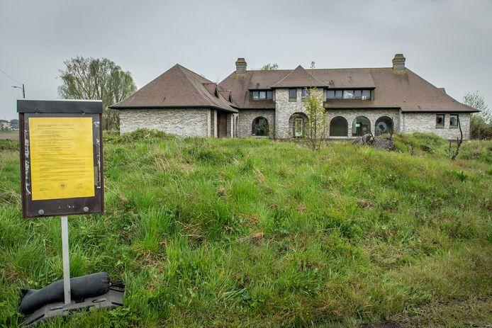 Er hangt een aanvraag om de villa in de Vinktstraat te herbouwen.
