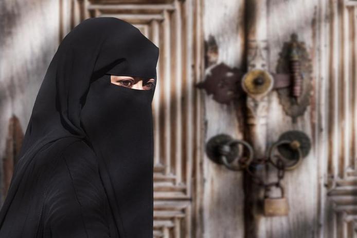 Soraya blijft noodgedwongen de niqab dragen in de gevangenis in Al-Hol in Syrië.