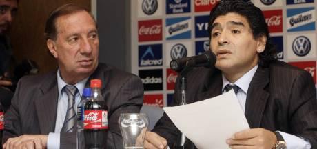 Coach Bilardo mag niet weten dat Maradona dood is: 'Dit kan hij niet aan'