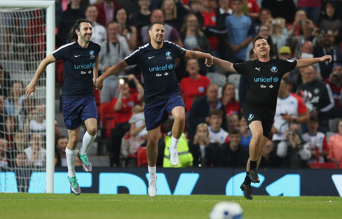Blake Harrison, Paddy McGuinness en Danny O'Carroll huppelen over het veld van Old Trafford.