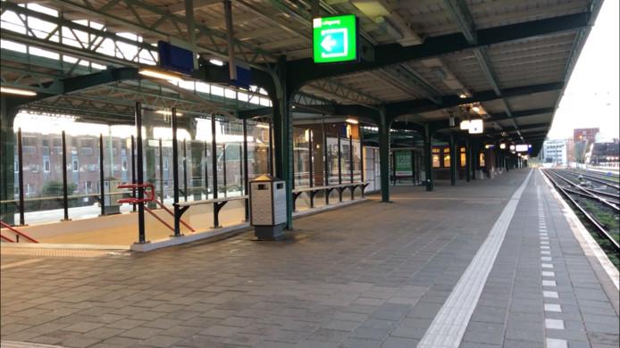 Vanwege de staking in het openbaar vervoer zal het station in Deventer komende dinsdag vrijwel leeg blijven. De plaatselijke afdeling van de PvdA vreest dat studenten daarvan de dupe worden en pleit daarom voor uitstel van tentamens.